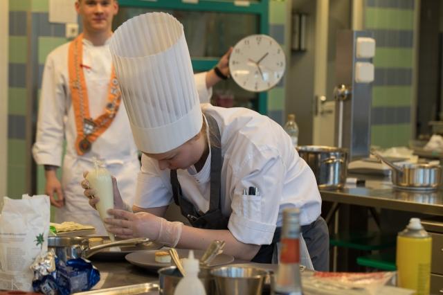 nuoret-kokit-keittiossa-30